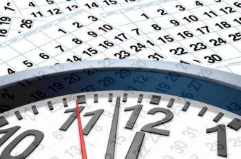 Calendario de fondo con reloj con el tiempo acercándose a las 12 horas